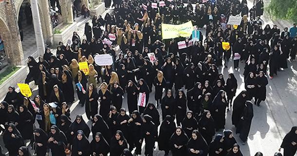 در یوم الله 13 آبان؛ مردم لارستان فریاد آزادیخواهی سر دادند
