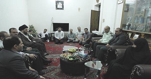 مدیران شهری لار به دیدار خانواده شهید لارستانی حمله تروریستی ناو آمریکا رفتند